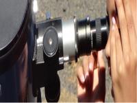 Aluna observa em telescópio